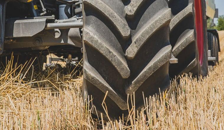 uso del tractor en el campo
