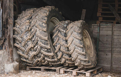 almacenamiento vertical de neumáticos agrícolas