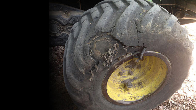 desgaste de neumáticos de tractor, precaución peligro